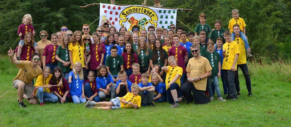 Gruppenfoto mit der Lagerflagge